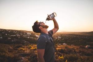 5 sposobów na to, jak pić więcej wody każdego dnia.